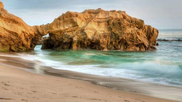ساحل دریا با صخره